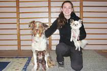 VANDA GREGOROVÁ a tři  z jejích čtyř psů. V sestavě chybí ještě jedna čivava. Dogdancingu se věnuje se všemi, jinak působí i jako rozhodčí.