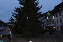 Loketské náměstí už zdobí letošní vánoční strom.