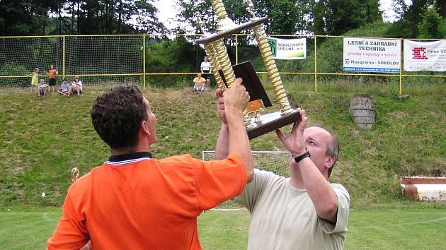 Starosta Březové bude v sobotu odpoledne vítězi opět předávat putovní pohár.