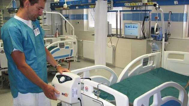 Doktor Aleš Novák ukazuje nové vybavení Iktového centra v Sokolově. Zdravotnické zařízení se dnes může pochlubit těmi nejmodernějšími zdravotnickými přístroji.