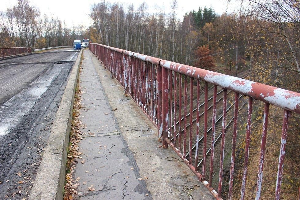Most přes železnici je zavřený. Do Nového Sedla se zhruba deset měsíců bude jezdit po objízdných trasách.