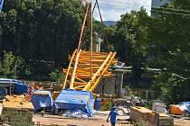Stavaři pokládali mostovku nové Krejcarové lávky v Sokolově
