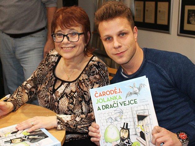 Zuzana Onderová pokřtila vloketské knihovně svoji novou pohádkovou knížku. Nabité atrium se bavilo při malé hrané ukázce.