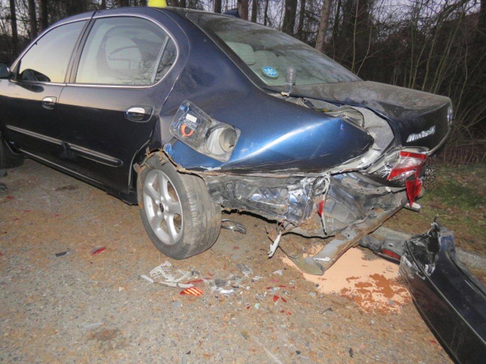 Řidič chtěl zabránit střetu, odnesla to další dvě auta.