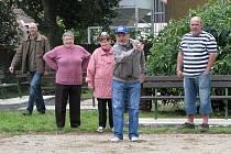 V parčíku ve Školní ulici vznikla dvě hřiště na pétangue. Včera je otestovaly první skupinky hráčů.