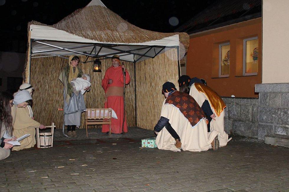 Živý betlém zavítal poprvé do Kraslic.