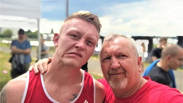 Michal Matějovič po zápase se svým trenérem a otcem Lubomírem Matějovičem