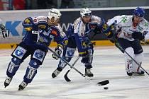 Václav Benák  (uprostřed) rozjíždí útok s Martinem Strakou