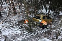 NEHODA u Tatrovic se obešla bez zranění. Náročné bylo vyproštění auta.