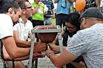Na XIII.Ležnických biodožínkách se návštěvníci zapojili i do soutěže v dojení z umělého vemena.