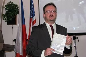 Historik Vladimír Bružeňák začátkem měsíce vydal novou knihu Květen bez šeříků. Nyní se pouští do další práce.
