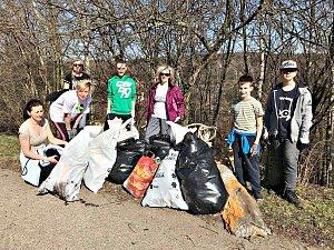 Dobrovolníci z Citic uklidili stovky kilogramů odpadu