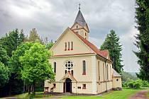 Kostel svatého Petra a Pavla v Rotavě stojí na návrší Sturbesberg.