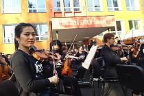Mezi sokolovskými paneláky zahrál Karlovarský symfonický orchestr.