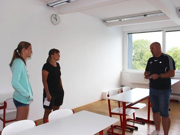Do své budoucí třídy se přijela spolu s maminkou podívat i budoucí studentka Štěpánka Žihlová z Prahy. Školou ji provedl ředitel ISŠTE Pavel Janus.