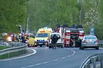 Převrácené hasičské vozidlo.