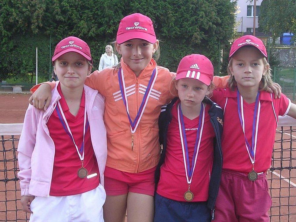 ROK 2007. Markéta Vondroušová (zcela vlevo) na mistrovství České republiky družstev do 9 let. Nakonec z toho bylo pro TK Sokolov v silné konkurenci 5. místo.