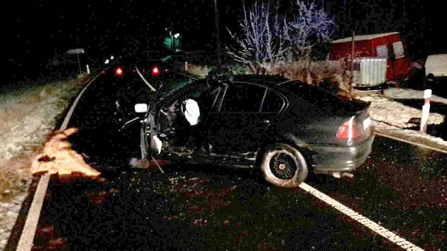 KROMĚ POŽÁRŮ vyjížděli hasiči i k dopravním nehodám. Během svátků se staly hned čtyři. Na snímku havárie z Aše.