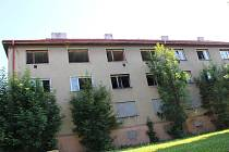 Poničené a vybydlené domy poblíž sokolovského kina Alfa.