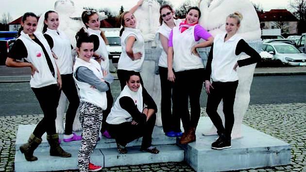 TRADIČNÍ fotografie tanečnic z Miráklu v německé Riese. Tam se jim podařilo probojovat do semifinále.   Z polských Mikolajek si ale už teď vezou větší úspěch