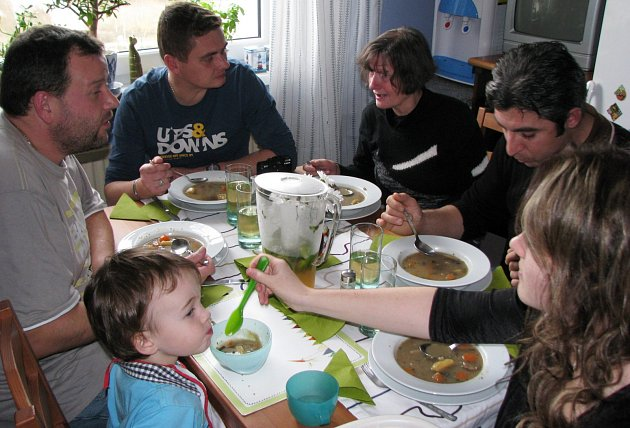 U SPOLEČNÉHO OBĚDA zasedla česká rodina a pozvaní hosté, mezi nimiž byl Ali Yakar (vpravo).