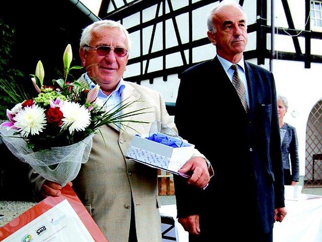 Starosta Královského Poříčí Ivan Stefan (vlevo) se raduje z ocenění.