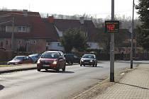 Svítící informační radar v sokolovské ulici  B. Němcové zpomalí podle vedení města jen některé z řidičů