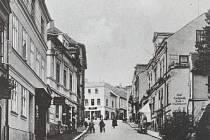 Pohled na ulici ve středu města před 2. světovou válkou.