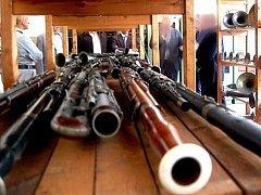 SBÍRKA CENNÝCH nástrojů je uložena v budově dnešní městské střední školy.