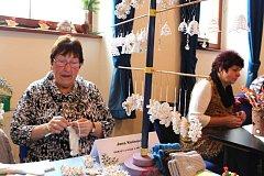 JANA MOTLÍKOVÁ z Kraslic ukázala na výstavě řemesel, jak má šikovné ruce. Svému koníčku podlehla už v mládí.