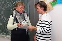 GERTRUDA Maruščáková  (vlevo) se každoročně mimo jiné podílí i na organizaci sbírky Bílá pastelka. Na snímku předává poděkování za spolupráci na sokolovském gymnáziu.