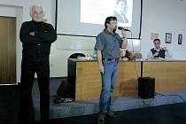 Milan Paumer (vlevo) přijel vyprávět sokolovským studentům o dramatickém útěku do Západního Berlína.