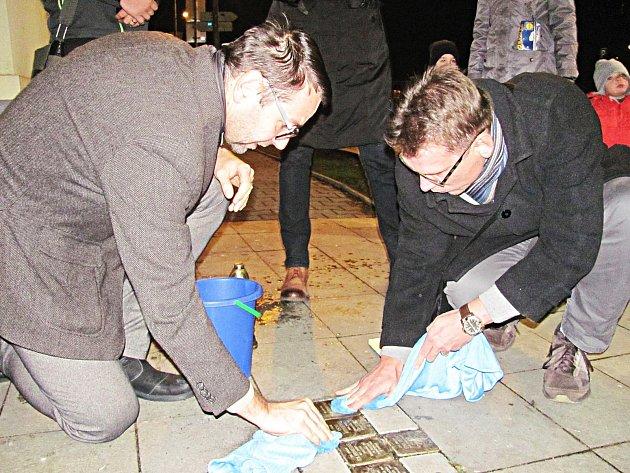 Stejně jako vloni si v Chodově připomenou tragédii Křišťálové noci čištěním kamenů zmizelých před Obřadní síní a policejní služebnou.