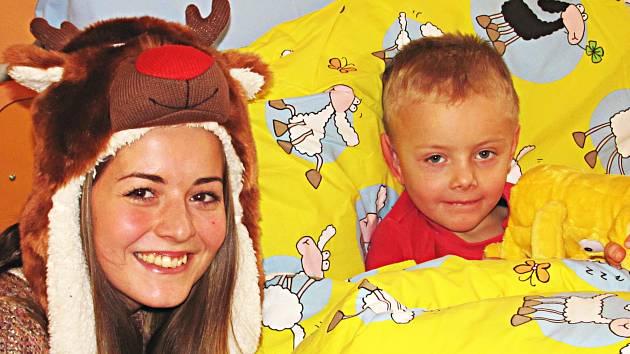 Studenti z ISŠTE se rozhodli potěšit před Vánoci děti v nemocnici. Přinesli jim dárky a zazpívali koledy.