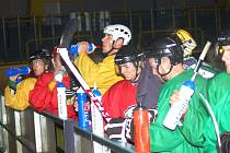 Na tréninku hokejistů Baníku Sokolov se znovu objevil také Václav Skuhravý, ve žlutém dresu.