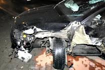 Náraz auta nevydržel betonový plot, škoda je 200 tisíc. Foto: (pčr)