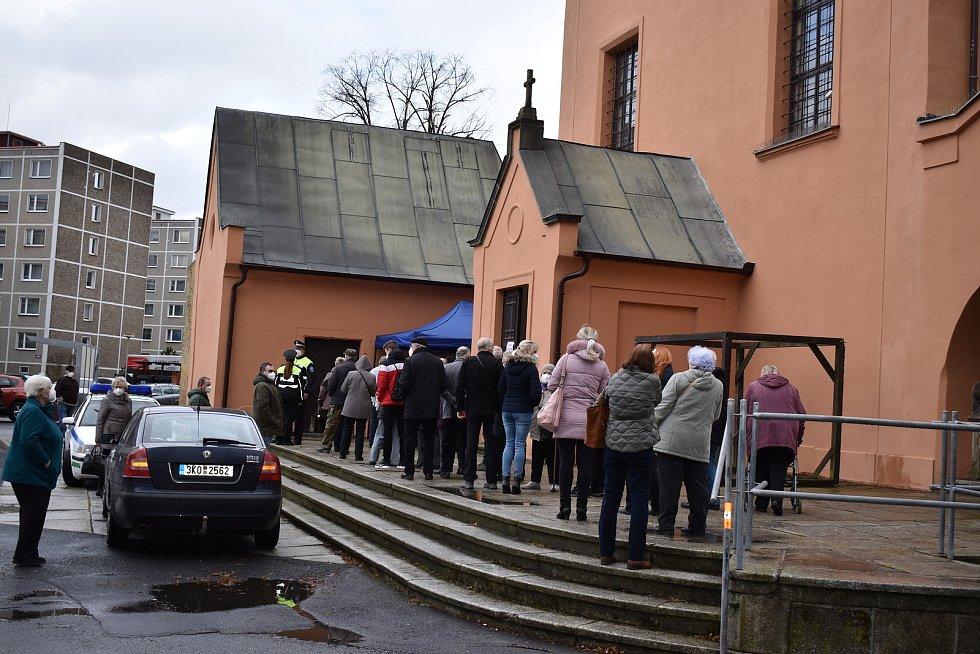 Očkování vyhnalo svatebčany z kláštera