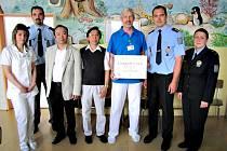 DĚTSKÉ oddělení sokolovské nemocnice získalo šek na téměř 21 tisíc korun. Na snímku primář Luboš Vaněk se zástupci vietnamské komunity a policie.