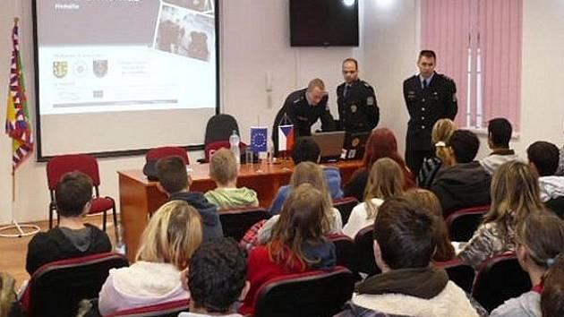 Přednáška o extremismu měla za úkol ukázat školákům, jak nebezpečná dokáže být nesnášenlivost a rasismus. O tom všem žákům pověděl nstržm. Jiří Převrátil.