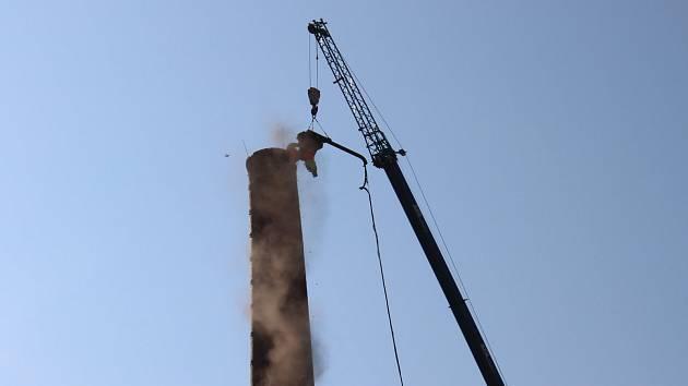 Výstavbu průmyslového parku symbolicky zahájila demolice 60 metrů vysokého továrního komína.