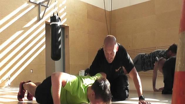 Zájemci o práci policisty se při workshopu pořádně zapotili.