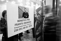 PŘEDSTAVENÍ Divadla bez zákulisí na pomoc nemocnému Františku Zborníkovi navštívilo 155 lidí. Představením byli převážně nadšení, vybralo se přes 11 tisíc korun.