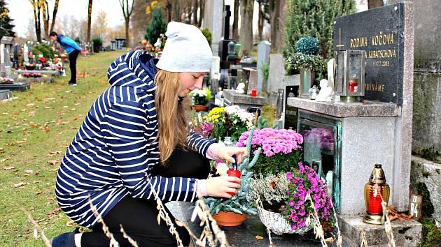 Lidé o víkendu zamířili na hřbitovy, aby uctili památku zesnulých.