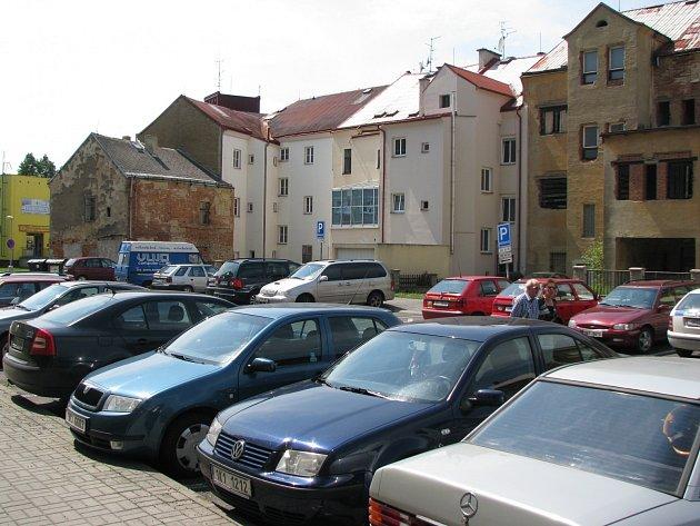 Parkování v lokalitě kolem Starého náměstí v Sokolově je pro zákazníky jednodušší. Přibyly zde totiž parkovací kotoučky. Na náměstí samotném je parkování zakázáno