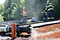 STŘECHA AUTOSERVISU v Lokti zaměstnala hasiče. Škoda je ale nulová.