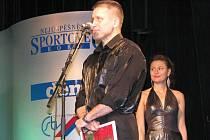 MILOŠ ČERNÝ z SK Kickbox Chodov si v úterý večer převzal okresní cenu pro nejúspěšnějšího sportovce roku 2008 v kategorii trenérů.