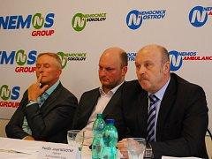 Hejtman Josef Novotný, jednatel Nemos David Soukup a předseda dozorčí rady Sokolovská uhelná František Štěpánek (zprava).