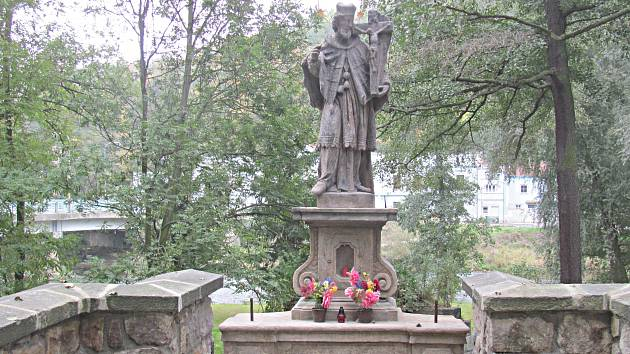 Torzo pilíře mostu bylo postupně zajištěno a obnoveno. Restaurátor předal městu i opravenou sochu.