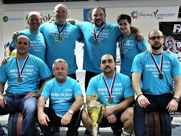 Vítězný tým vzpěračů TJ Baník Sokolov (Orság horní řada, druhý zprava)