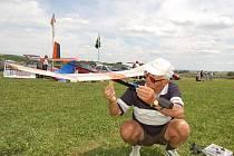 JEDEN z účastníků sobotního mistrovství ČR Antonín Holub. Svému koníčku se podle svých slov věnuje již od roku 1940. Je to prý relax a sport zároveň.
